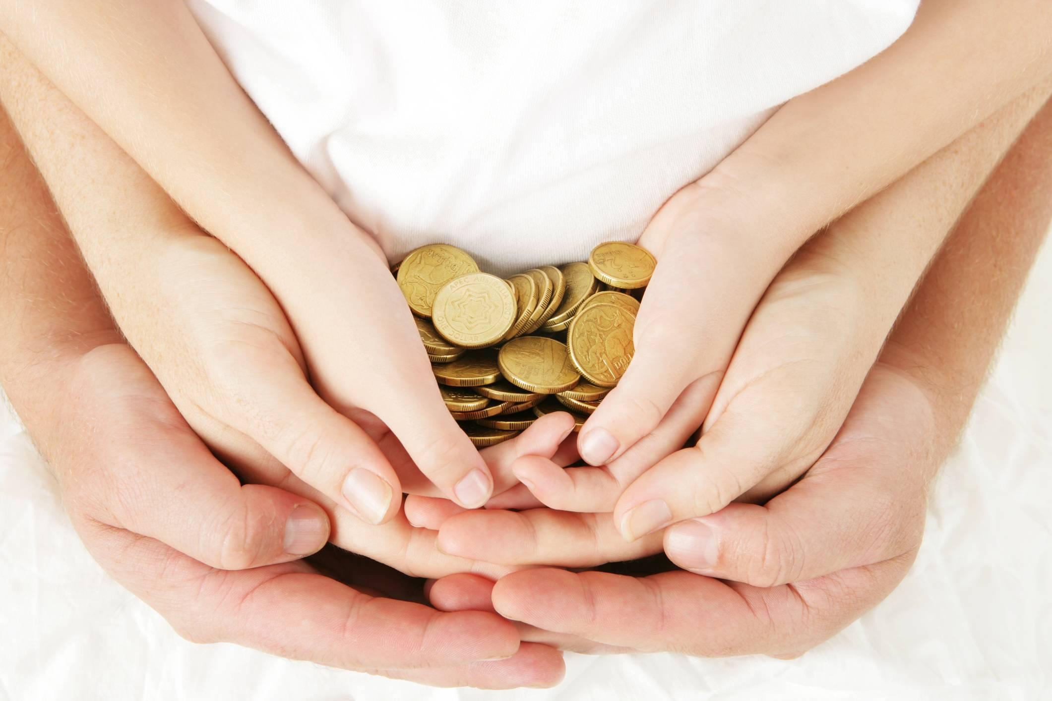 Как безвозмездно получить деньги от государства: материальная помощь и льготы